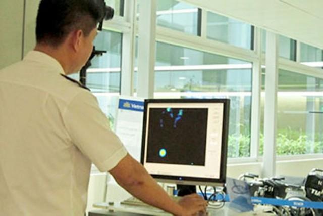Kiểm tra thân nhiệt hành khách tại phi trường Tân Sơn Nhất.