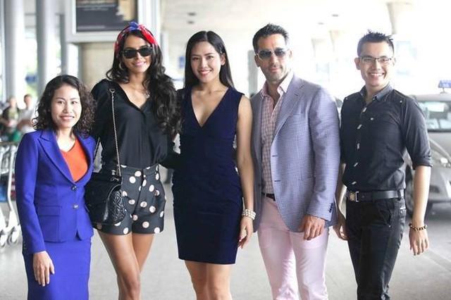 Anh Donald Nguyễn (ngoài cùng bên phải) cùng Hoa hậu biển Nguyễn Thị Loan trong dịp đón Hoa hậu thế giới sang Việt Nam