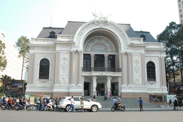 Nhà hát TPHCM đã được sơn mới, gây sự chú ý đặc biệt của người dân TP
