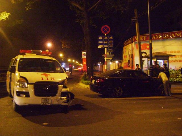Chiếc xe cấp cứu chở anh Đạt bị tông nát phần đầu