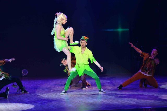 Dumbo cùng bạn nhảy đã mang hai nhân vật của hai phim Peter Pan và Tinkerbell lên sân khấu với chuyến du ngoạn thú vị và vui nhộn cùng điệu Quickstep phối hợp với Waltz.