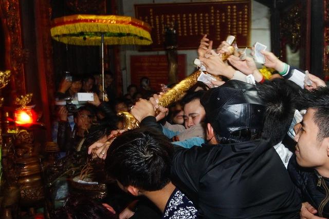 Thanh kiếm trên bàn thờ đền Thiên Trường bị cướp xuống (ảnh tuoitre)