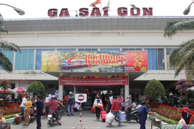 Lượng hành khách đổ về ga Sài Gòn ngày càng nhiều. Rất nhiều hành khách đã đặt vé từ trước vẫn phải đến sớm để làm thủ tục lên tàu. Ga Sài Gòn đã phải tăng cường nhân viên trong những ngày giáp Tết để kịp phục vụ lượng khách đổ về ngày càng nhiều
