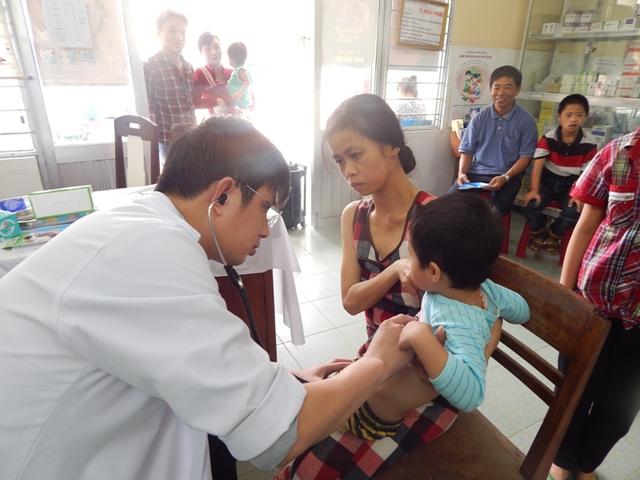 Các bác sỹ Bệnh viện Hoàn Mỹ Đà Nẵng khám các mặt bệnh về nhi, răng hàm mặt, siêu âm tim...Ảnh Đ.H