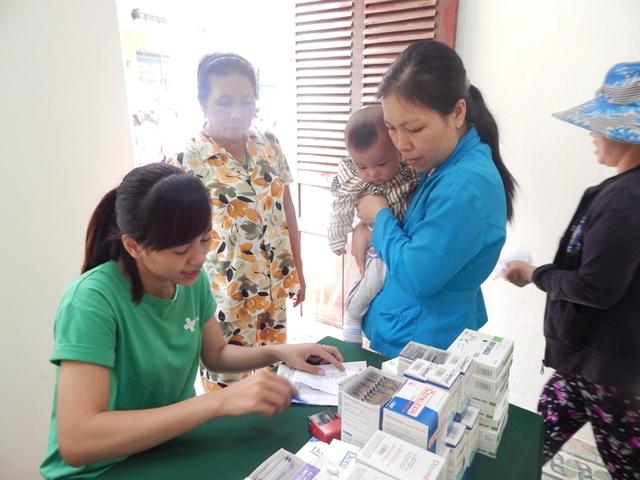 Tặng quà và cấp phát thuốc cho các em có hoàn cảnh khó khăn tại phường Hòa Quý. Ảnh Đ.H