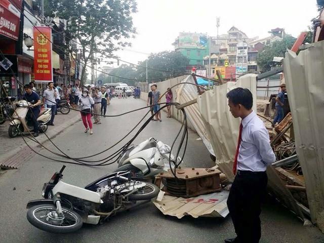 Vụ tai nạn khiến chị Nhung (đi chiếc xe SH mode) và anh Hoàng (đi xe Dream) vướng vào dây cáp và bị ngã xuống đường