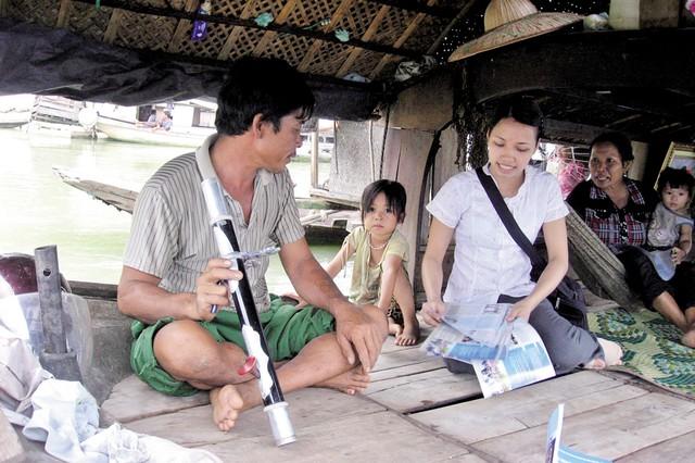 Tư vấn các biện pháp tránh thai an toàn cho nam nông dân tại vùng biển Cửa Lò - Nghệ An.Ảnh: Hồ Hà