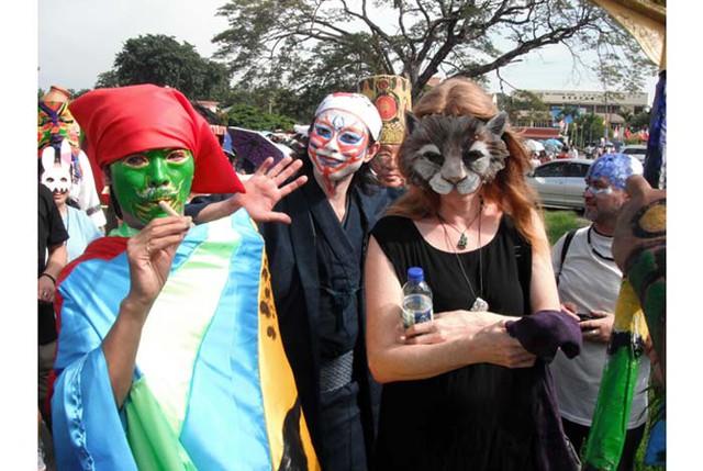 Các nghệ sĩ quốc tế trong trang phục tự sáng tạo đang tham dự ngày hội diễu hành cùng người dân Sasaran và dân cư các vùng lân cận. Ảnh: soi.today