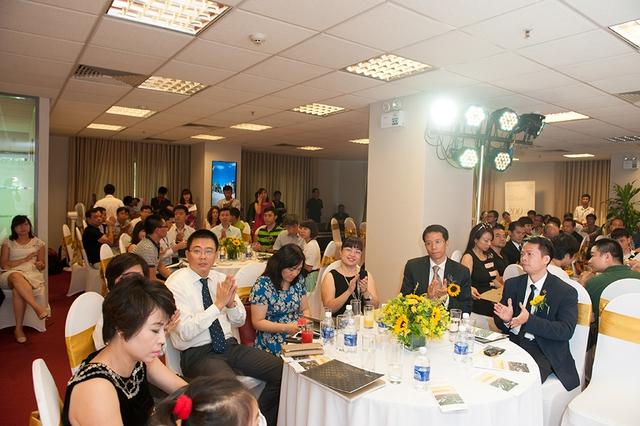 Gần 300 khách hàng tới tham dự lễ mở bán và ngay trong ngày đầu tiên, 45 căn biệt thự đã có chủ