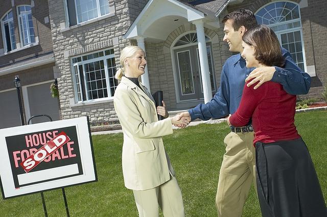 Giao dịch nhà đất là quá trình phức tạp, nhiều công đoạn. Nếu người mua/người bán không tinh ý có thể bị đối tác lợi dụng lòng tin, thu lời bất chính