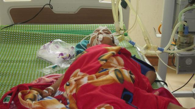 Cháu Chiến khi đang điều trị tại bệnh viện Sản - Nhi Nghệ An