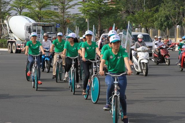 Chương trình đạp xe diễu hành tuyên truyền rửa tay đúng cách của BV Hoàn Mỹ Đà Nẵng. Ảnh Đức Hoàng