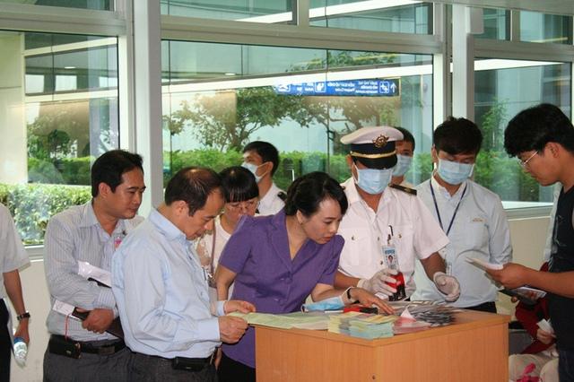 Hoạt động thu tờ khai y tế tại phi trường đối với hành khách đến từ Hàn Quốc, các nước thuộc vùng Trung Đông được Bộ trưởng đặc biệt lưu ý.
