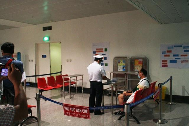 Một hành khách Hàn Quốc được phát hiện thân nhiệt cao bất thường lập tức được mời vào khu vực hạn chế để thực hiện các bước tiếp theo như quy trình mà Bộ Y tế ban hành.
