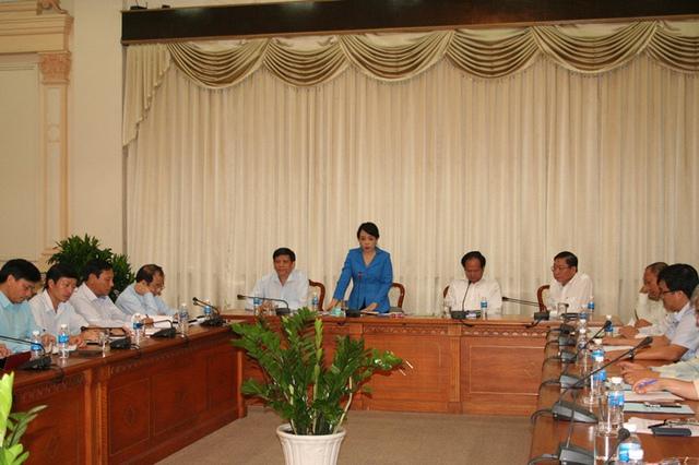 Chiều cùng ngày, Bộ trưởng Nguyễn Thị Kim Tiến làm việc cùng lãnh đạo UBND TP.HCM. Sau khi lắng nghe các ý kiến chỉ đạo của Bộ trưởng, Phó Chủ tịch Tất Thành Cang đã chỉ đạo tại chỗ nhiều cấp, nhiều ngành trên địa bàn TP.HCM phải vào cuộc phòng chống dịch bệnh Mers-Cov với quyết tâm cao nhất, cũng như cung ứng tài chính tập trung và ưu tiên hơn để hoạt động được đầy đủ, nhanh chóng và hiệu quả.