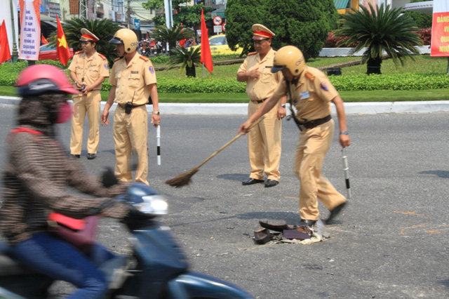 Lực lượng Cảnh sát giao thông dọn hiện trường tai nạn. Ảnh Đức Hoàng