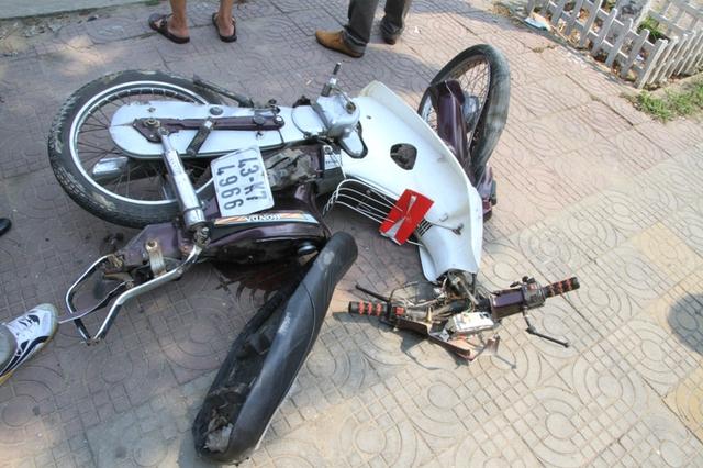 Xe máy sau tai nạn thì nát bét. Ảnh Đức Hoàng