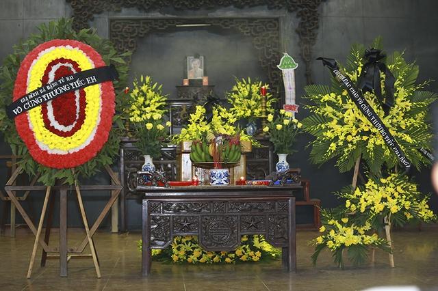 Hoa lan và cúc vàng được phủ khắp khuôn viên nhà tang lễ.