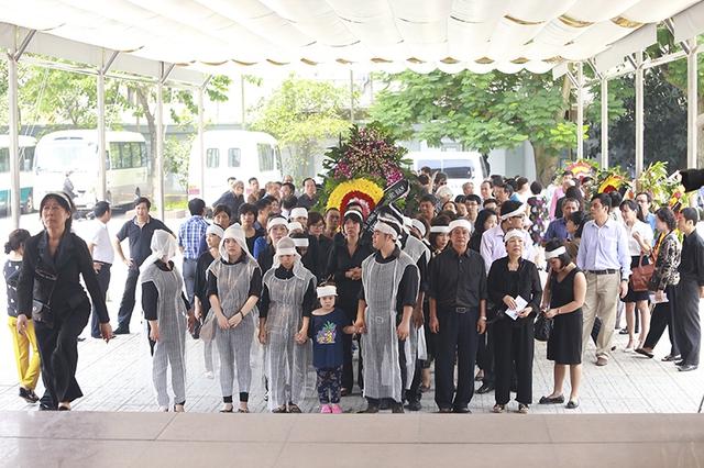 Gia đình củaNSƯT Anh Dũng mở đầu lễviếng.