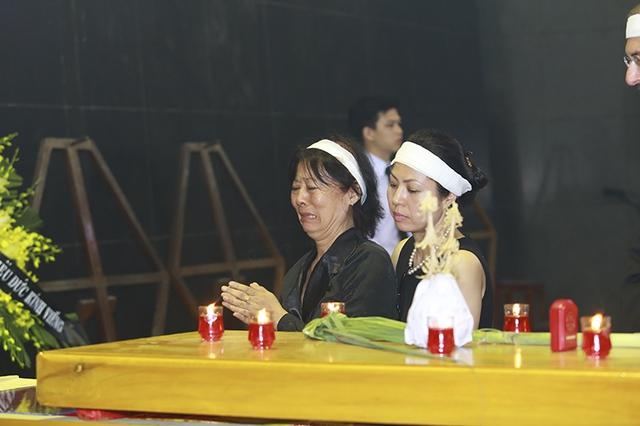 Đạo diễn Tú Mai, chị gái củaNSƯT Anh Dũng khóc ngẹn ngào bên linh cửu của em.