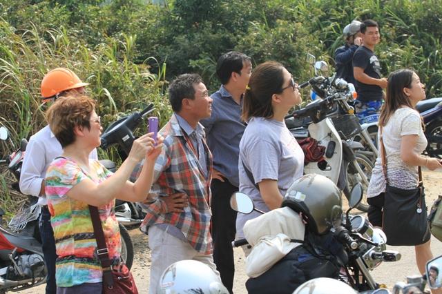 Nhiều khách du lịch trong và ngoài nước khi lên tham quan đỉnh Bàn Cờ chứng kiến vụ việc thì tỏ ra thích thú, ghi lại hình ảnh này.
