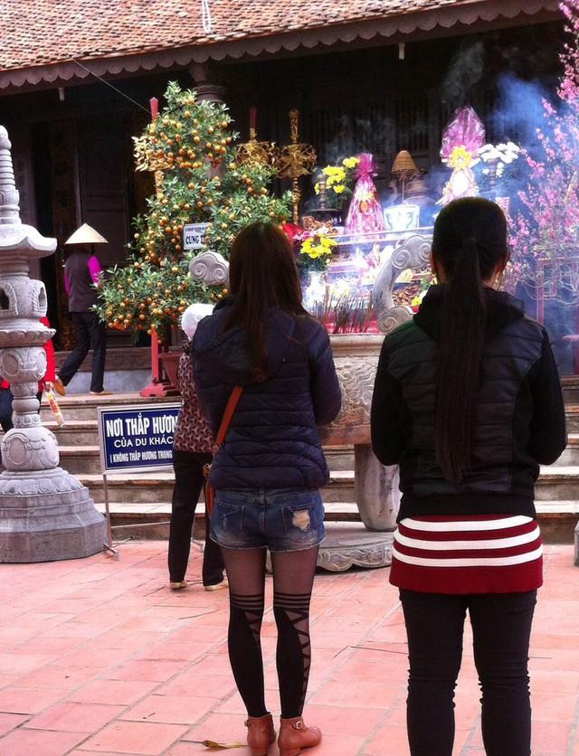 Mặc quần sooc thủng lỗ chỗ đi đền Trạng Trình (ảnh: Trung Dũng)