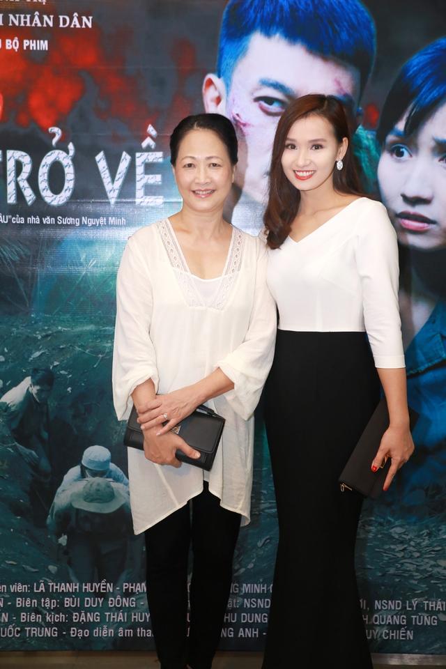 Lã Thanh Huyền và NSND Như Quỳnh trong buổi ra mắt phim sáng nay (7/8).