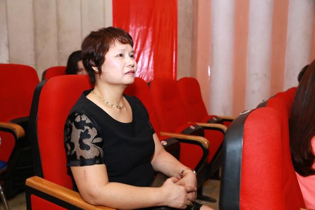 Mẹ Lã Thanh Huyền chăm chú xem phim dưới hàng ghế khán giả.