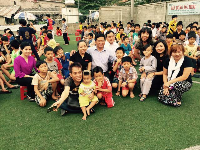 Đoàn chụp hình lưu niệm cùng các em học sinh