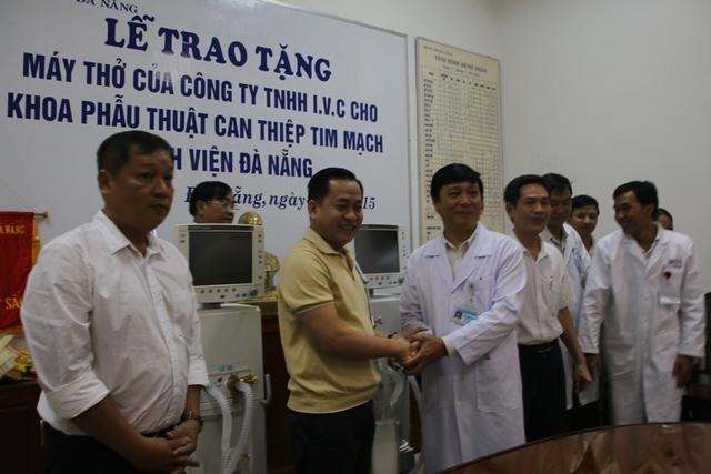 Đại diện Công ty TNHH IVC trao 2 máy thở GE hiện đại cho Bệnh viện Đa khoa Đà Nẵng sáng 26/7. Ảnh Đức Hoàng