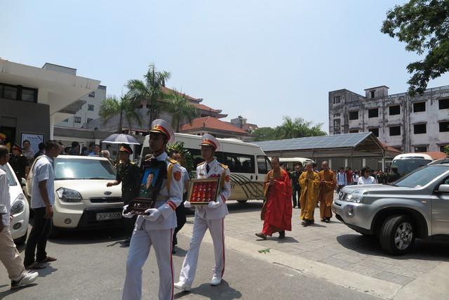 Linh cữu nhạc sĩ được di quan từ Nhà tang lễ Bộ Quốc phòng ra xe. Sau đó được đưa về nhà làm lễ, trước khi an táng tại Nghĩa trang Lạc Hồng Viên