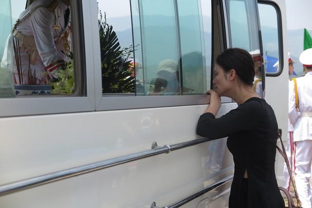 Ca sĩ Phương Thảo thẫn thờ bên chiếc xe chở linh cữu người thầy thân thiết