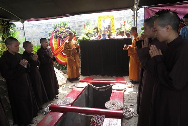 Trước khi cử hành theo nghi thức quân đội, các tăng ni làm lễ tụng kinh niệm Phật