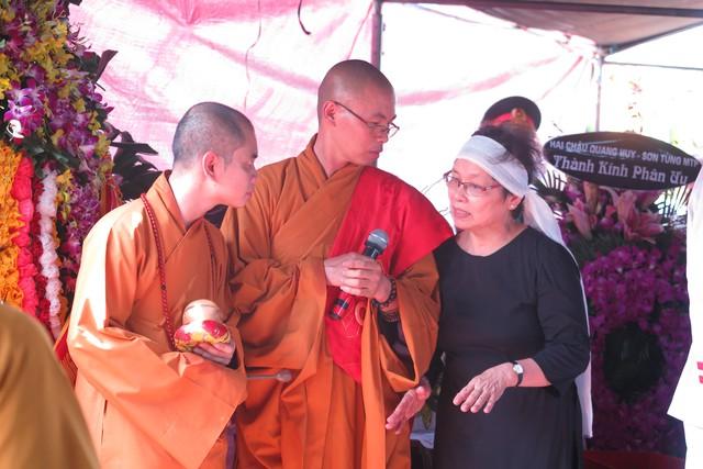 Bà Ngô Huyền Lâm, vợ của nhạc sĩ trao đổi với các tăng ni trước khi cử hành tang lễ