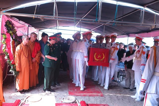 Sau lễ tụng nghi, đội tiêu binh chuẩn bị làm lễ hạ huyệt
