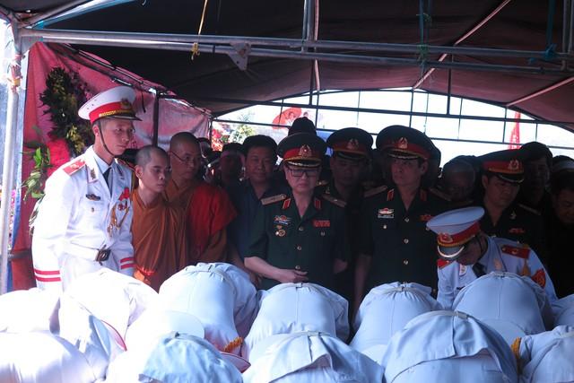 Thiếu tướng, nhạc sĩ Đức Trịnh lặng người trước linh cữu người anh thân thiết
