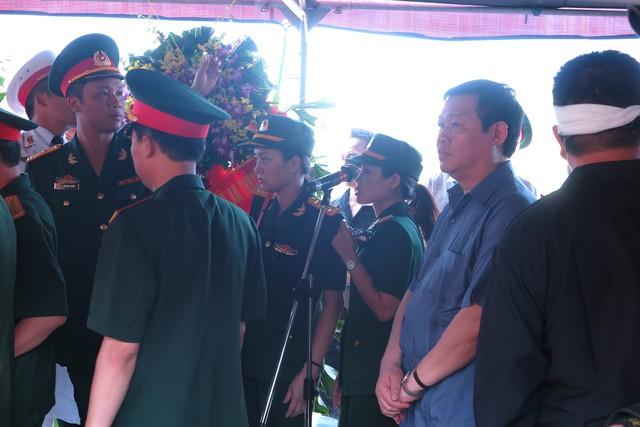 Ông Vương Đình Huệ- Trưởng ban Kinh tế Trung ương đưa tiễn nhạc sĩ về nơi an nghỉ cuối cùng.