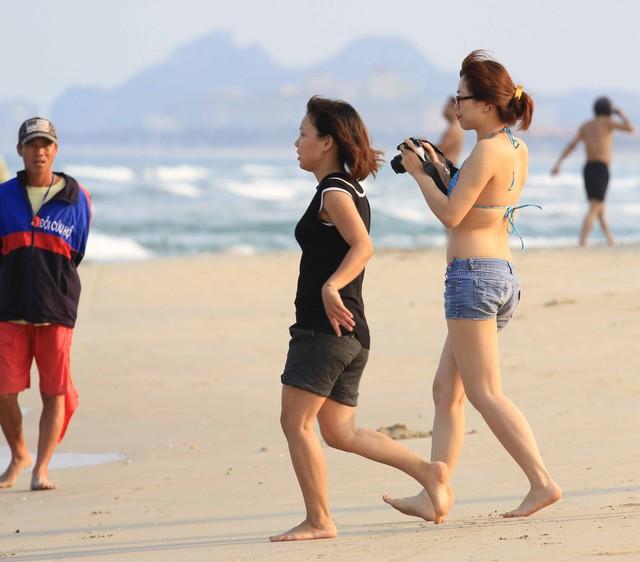 Cùng hai cô gái ra biển Đà Nẵng tắm nhưng phong cách mặc lại khác nhau. Ảnh Đức Hoàng