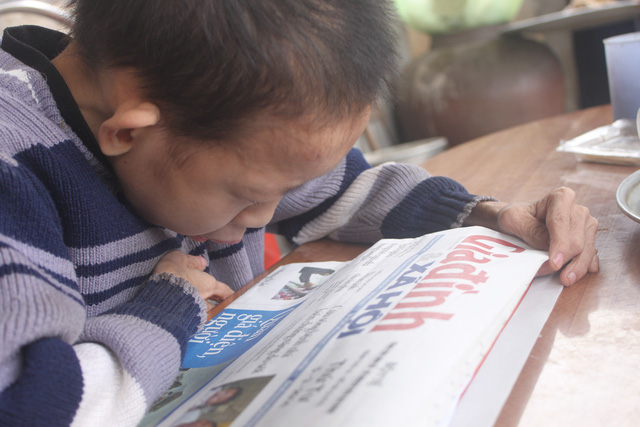 Theo học lớp 7 nhưng vì sức khỏe bữa đi bữa không, với Lộc việc đọc chữ hết sức khó khăn bởi thị lực kém