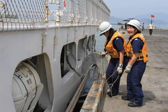 ...dù trời nắng nóng nhưng những thủy thủ nữ vẫn tươi cười làm việc cùng các đồng nghiệp nam.
