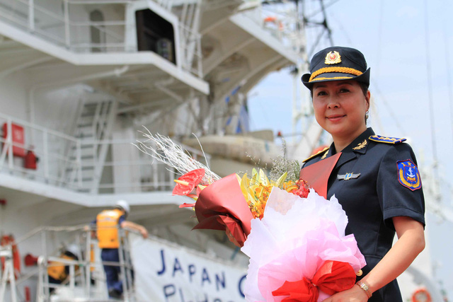 Trong lúc đó, những bóng hồng phía Cảnh sát biển Việt Nam đã chuẩn bị hoa để đón đoàn...