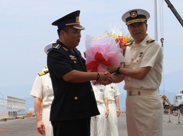 10h15 lễ đón đoàn sỹ quan thủy thủ tàu tuần tra của lực lượng bảo vệ bờ biển Nhật Bản Yashima diễn ra tại cầu cảng Tiên Sa.