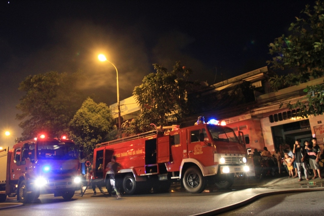 Khoảng 10 xe cứu hỏa được điều động tới hiện trường...