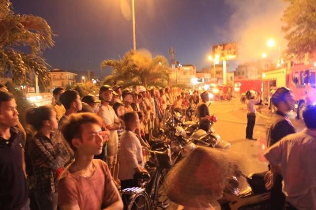 Hàng trăm người đứng hai bên đường Nguyễn Tri Phương theo dõi vụ cháy.