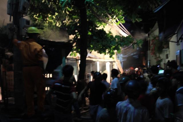 Ngôi nhà cấp 4 cũ nằm trong kiệt nhỏ nên xe cứu hỏa không vào được. Lực lượng cứu hỏa phải kéo vòi phun nước vào.