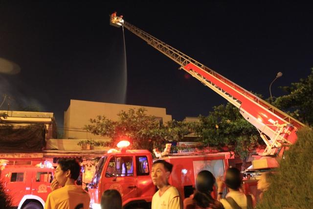 Hai xe thang cũng được điều động tới hiện trường để tìm cách dập tắt ngọn lửa.