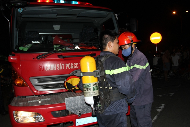 Lính cứu hỏa mang bình ôxy, mặt nạ phòng độc...đề phòng bên trong ngôi nhà có khí độc...