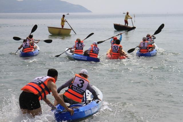 Đua thuyền Kayak trên biển Đà Nẵng...Ảnh Đức Hoàng