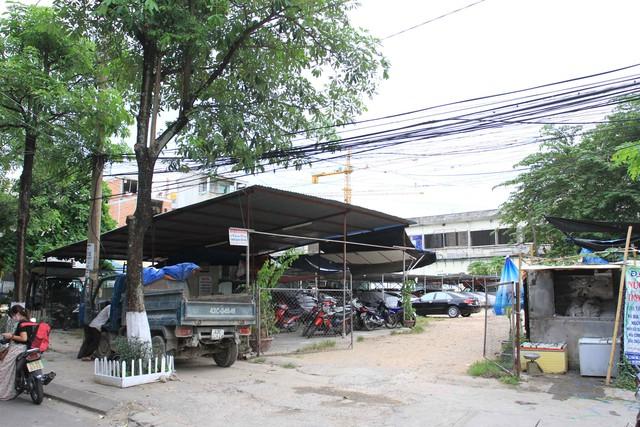 Hiện lô đất ở góc Trần Quý Cáp - Phan Bội Châu vẫn chưa xây dựng nhà ở, được làm bãi gửi xe ô tô. Ảnh Đức Hoàng