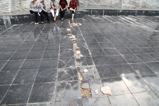 Nền gạch bị bong tróc, hư hỏng một đường dài dưới chân tượng đài trước khi chưa được sửa chữa.